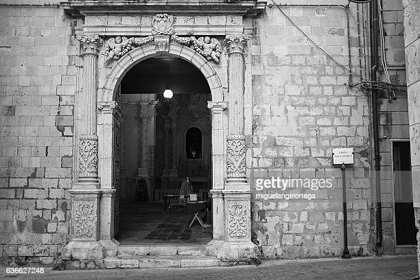 church door - blanco y negro stock pictures, royalty-free photos & images