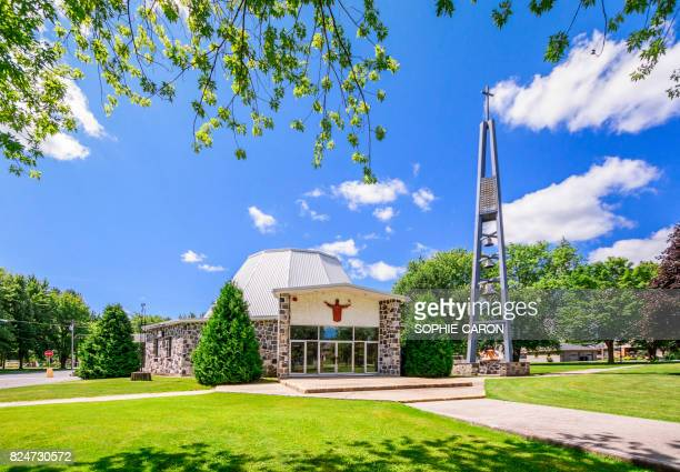 church in the sun - tour structure bâtie stock pictures, royalty-free photos & images