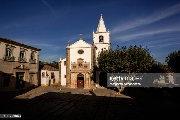 church in the town square of obidos in portugal - leiria photos et images de collection