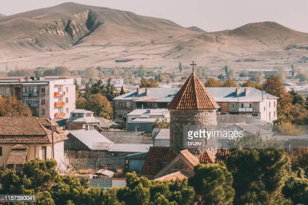 church in town - georgië zuidelijke kaukasus stockfoto's en -beelden
