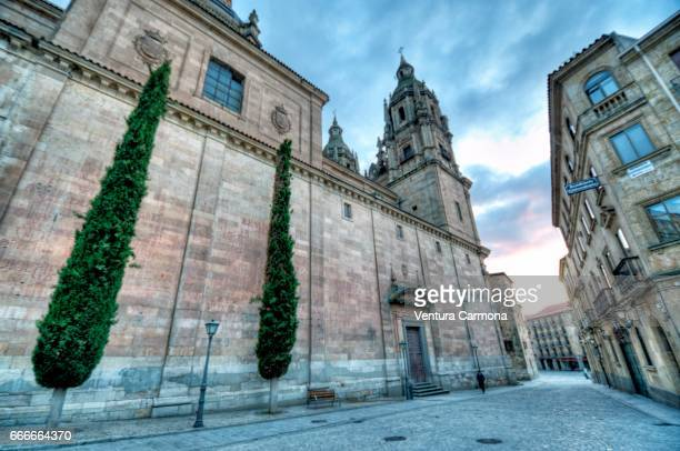 church la clerecía - salamanca, spain - städtische straße stock pictures, royalty-free photos & images