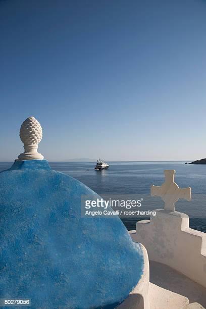 church near the beach of platys gyalis, mykonos, cyclades islands, greek islands, greece, europe - ver a hora stockfoto's en -beelden