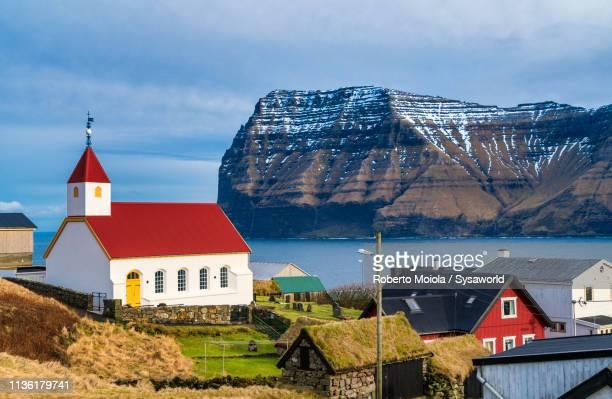 church of mikladalur, kalsoy island, faroe islands - ilhas faeroe - fotografias e filmes do acervo