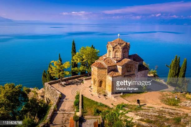 church of saint john the theologian at kaneo, overlooking ohrid lake, macedonia. - macedonië land stockfoto's en -beelden