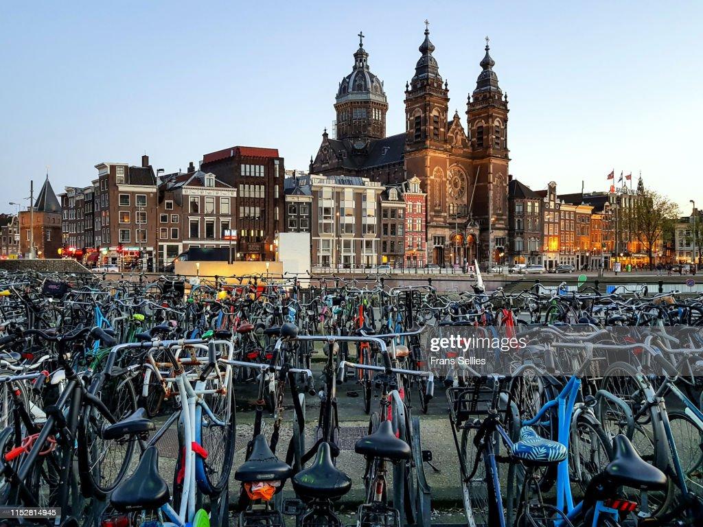 Church of Saint Nicholas with bikes, Amsterdam, Netherlands : Stockfoto