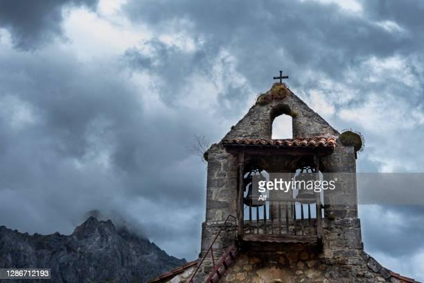 church of santa eulalia in posada de valdeón, leon, spain - leon boden stock-fotos und bilder