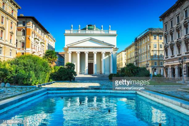サンタントーニオ教会ヌオーヴォ/taumaturgo, トリエステ, イタリア - トリエステ ストックフォトと画像