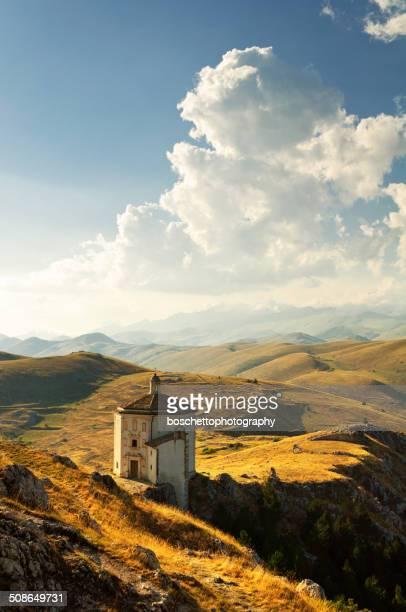 セントメアリー教会でカラッシオ城 - アブルッツォ州 ストックフォトと画像