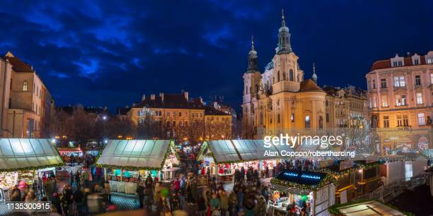 church of st. nicholas and christmas markets, staromestske namesti (old town square), stare mesto (old town), unesco world heritage site, prague, czech republic, europe - alan copson stock pictures, royalty-free photos & images