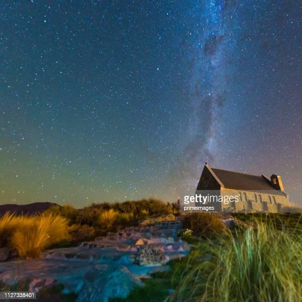 iglesia del buen pastor y la vía láctea, lago tekapo, nueva zelanda - lago tekapo fotografías e imágenes de stock