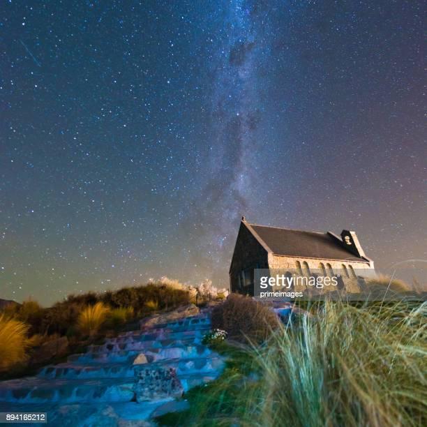 iglesia del buen pastor y la vía láctea, lake tekapo, nueva zelanda - iglesia del buen pastor tekapo fotografías e imágenes de stock