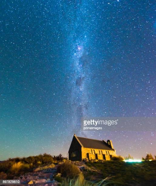 iglesia del buen pastor y la vía láctea, lake tekapo, nueva zelanda - lago tekapo fotografías e imágenes de stock