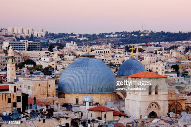 church of the holy sepulchre amid cityscape - chiesa del santo sepolcro foto e immagini stock
