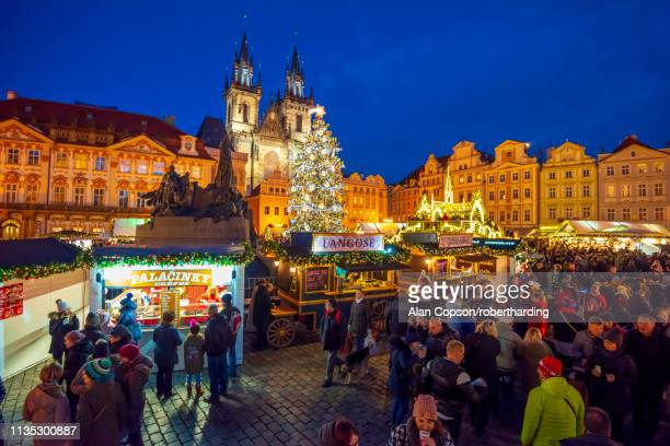 church of tyn and christmas markets, staromestske namesti (old town square), stare mesto (old town), unesco world heritage site, prague, czech republic, europe - alan copson stock pictures, royalty-free photos & images
