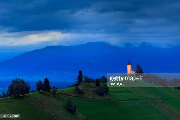 church on hill at sunrise, jamnik, kranj, slovenia - kranj stock pictures, royalty-free photos & images