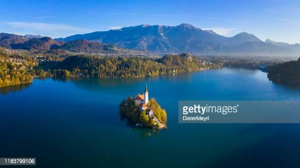 kyrka på ön i bled-sjön, slovenien - bledsjön bildbanksfoton och bilder