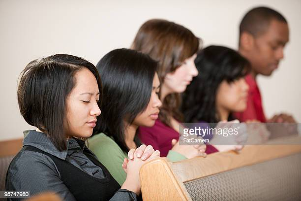 igreja de oração - mulher orando de joelhos imagens e fotografias de stock
