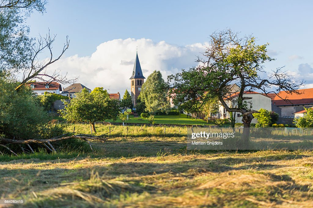 Church spire and village field in Launstroff : Stockfoto