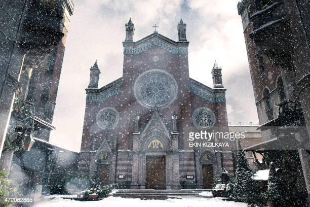 Kirche unter Schnee in-Zeit