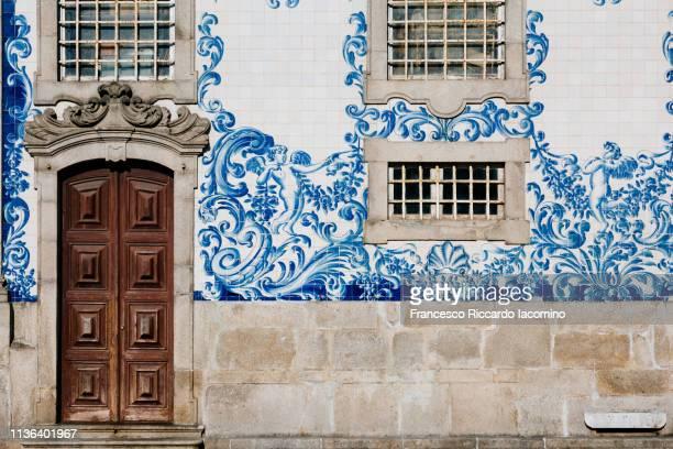 church with door and azulejos wall - iacomino portugal foto e immagini stock