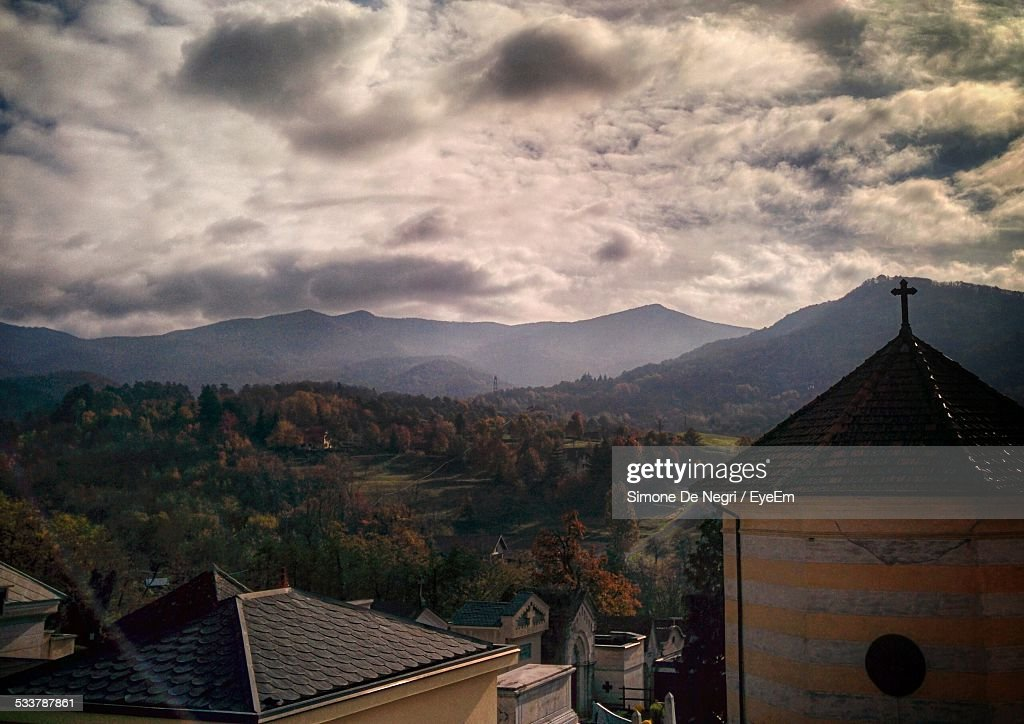 Church With Mountain Range In Background : Foto stock