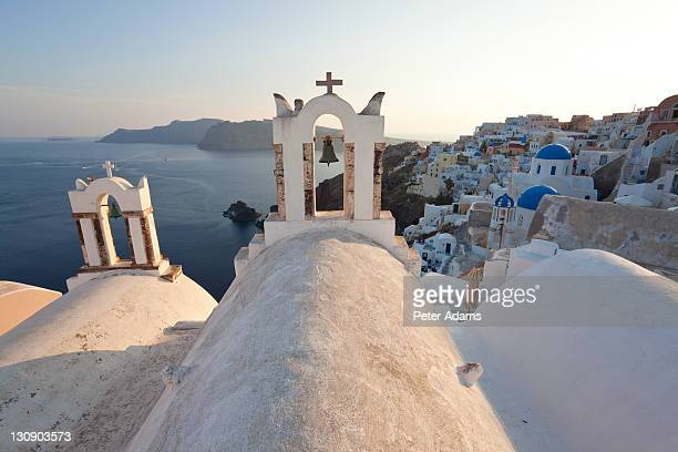 churches oia santorini cyclades islands, greece - peter adams stock pictures, royalty-free photos & images