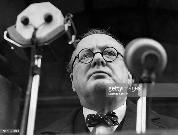 Churchill Winston Politiker GB Churchill Winston *30111874 Politiker GB Premierminister 19401945 Porträt während einer Rede um 1940