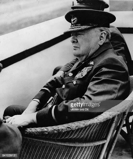 Churchill, Winston*30.11.1874-+Politiker, GBPremierminister 1940-1945Porträt in Uniform des 'Air Comodore'; beobachtet vom Kontrollturm von Biggin...