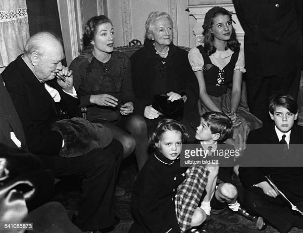 Churchill Winston*30111874Politiker GBPremierminister 19401945im Kreise seiner Familie nach einer Vorstellung von 'Peter Pan' im Londoner West End in...