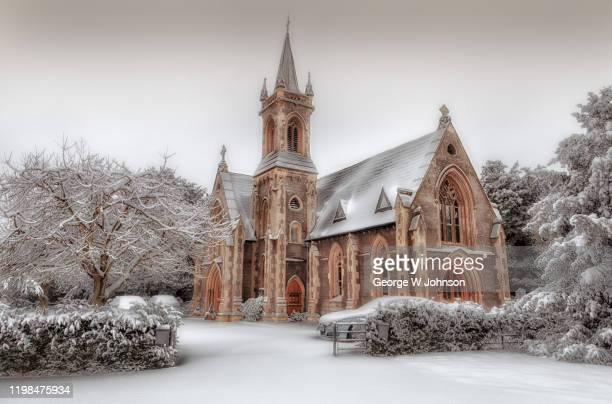 churchyard snowfall ii - hertford hertfordshire stockfoto's en -beelden