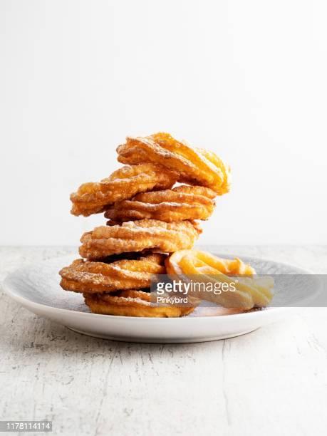 churros, churros de postre sano tradicionales,churros con azúcar, comida callejera, - churro fotografías e imágenes de stock