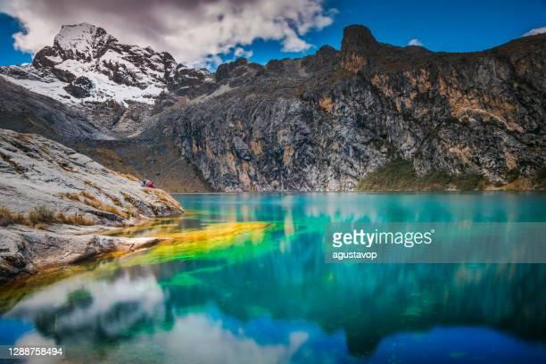 laguna di churup e cordillera blanca innevata - ancash, ande peruviane, perù - laguna foto e immagini stock