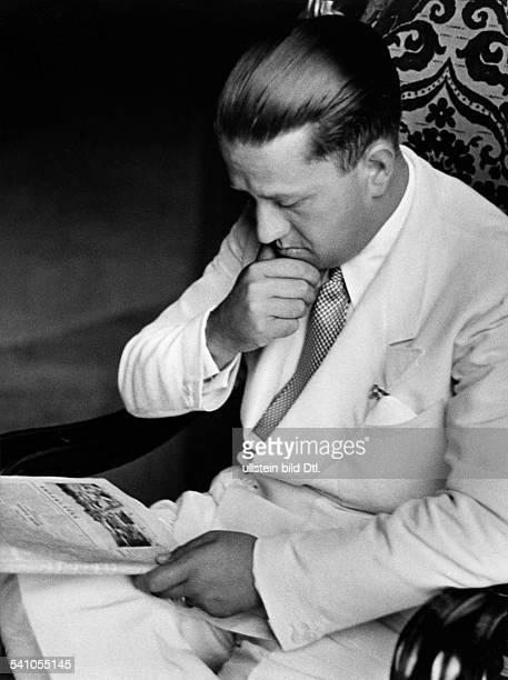 Ciano Galeazzo Graf *Politiker I als Aussenminister bei derZeitungslektüre wohl 1936