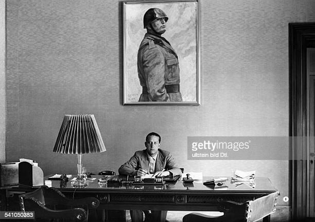 Ciano Galeazzo Graf *Politiker I als Leiter des Pressebüros vonMinisterpräsident Benito Mussolini amSchreibtisch seines Arbeitszimmers 1934