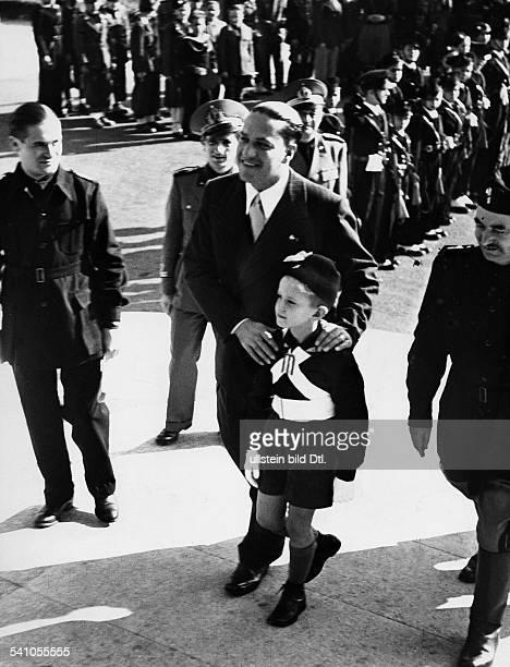 Ciano Galeazzo Graf *Politiker I begleitet seinen Sohn Fabrizio zurEinschulung zu Beginn des neuenSchuljahres in Rom Oktober 1938