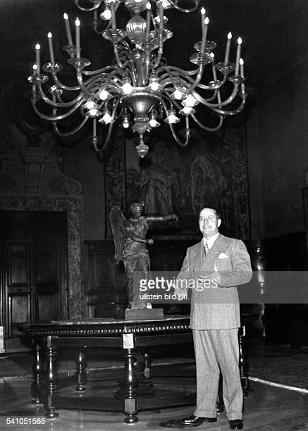 Ciano Galeazzo Graf *Politiker I im Arbeitszimmer seines Amtssitzes imPalazzo Chigi in Rom veröffentlicht mit einerGrussadresse in der `Berliner...