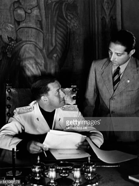 Ciano Galeazzo Graf *Politiker I im Arbeitszimmer seines Amtssitzes imPalazzo Chigi in Rom im Gespräch mitseinem stellvertretenden...