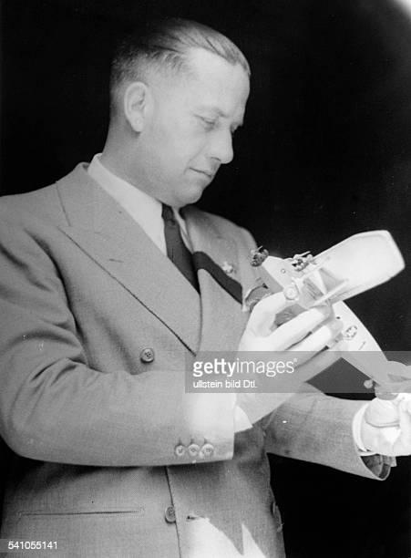 Ciano Galeazzo Graf *Politiker I mit der Nachbildung des Kampfflugzeugesdas er als Staffelkapitän während desAbessinienKrieges flog