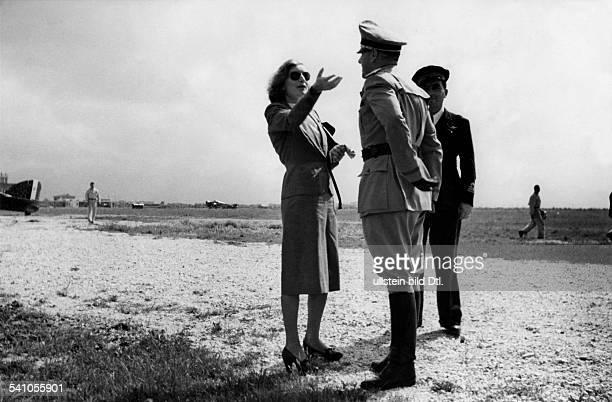 Ciano Galeazzo Graf *Politiker I mit seiner Ehefrau Edda `auf einemFeldflugplatz irgendwo an der Front'