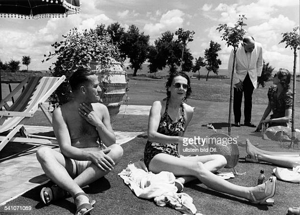 Ciano Galeazzo Graf *Politiker I mit seiner Ehefrau Edda beimSonnenbad ohne Jahr