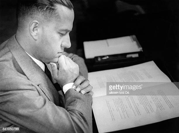 Ciano Galeazzo Graf *Politiker I vor dem ersten gedruckten Exemplar desam in Olgiata bei Romgeschlossenen Waffenstillstandsvertrageszwischen Italien...
