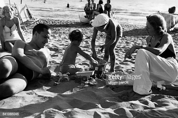 Ciano Galeazzo Graf Politician Italy* with his wife Edda and his children RAimonda and Fabrizio on the beach of Ostia Photographer...