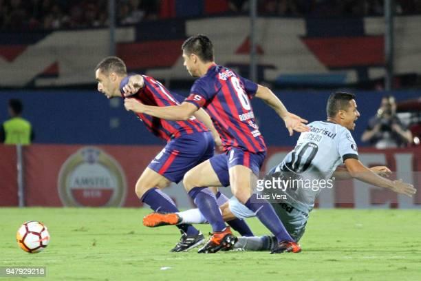 Cicero of Gremio fights for the ball with Marcelo Palau and Rodrigo Rojas of Cerro Porteño during a match between Cerro Porteño and Gremio as part of...