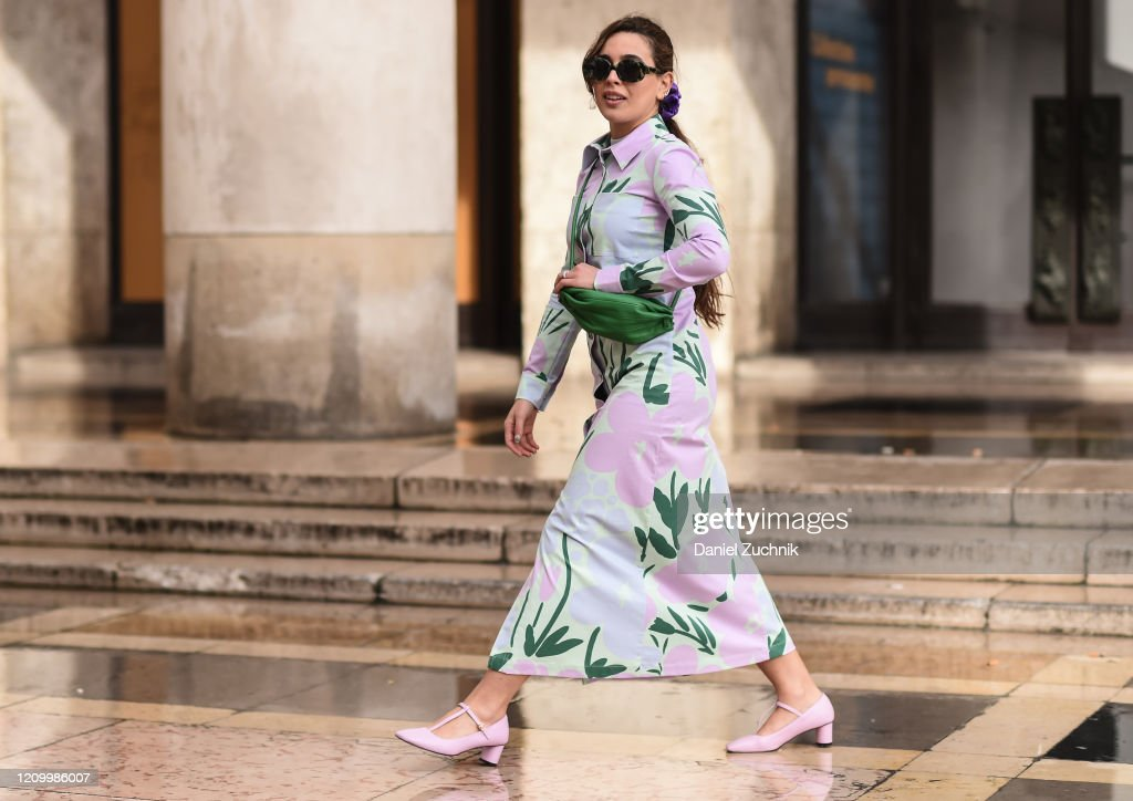 Street Style  - Paris Fashion Week - Womenswear Fall/Winter 2020/2021 : Day Eight : Photo d'actualité