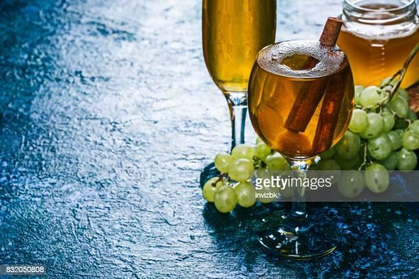Apfelwein mit Honig und Zimt