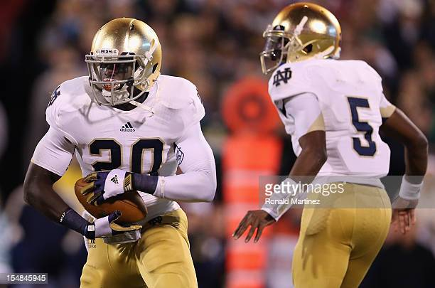 Cierre Wood of the Notre Dame Fighting Irish runs the ball against the Oklahoma Sooners at Gaylord Family Oklahoma Memorial Stadium on October 27...