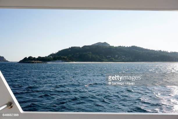 cies islands as seen from a tour boat - ferry photos et images de collection