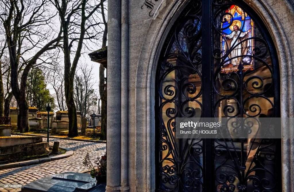 https://media.gettyimages.com/photos/cimetire-du-pre-lachaise-paris-le-7-mars-2014-la-vierge-marie-sur-un-picture-id967308982