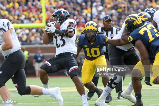 Cincinnati Bearcats running back Gerrid Doaks spins into the hole right to Michigan Wolverines linebacker Devin Bush during the Michigan Wolverines...