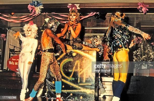 Cindy Berger Kreuzfahrt MS 'Europa' Indonesien Asien Auftritt Bühne Mikrofon Musical 'Cats' Maske Verkleidung Sängerin MW/KF